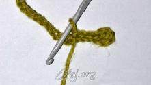Первый мотив с цепочкой перебрасываем через рабочую нить так, чтобы она оказалась под цепочкой из в.п.