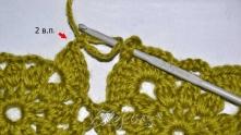 В следующую дырочку вяжем 5 ССН. Набираем 2 в.п. Снимаем петлю с крючка. Крючок вводим в угловую арку первого мотива. Цепляем петлю.