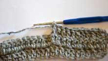 Опять захватываем рабочую нить и протягиваем ее через две оставшиеся петельки на крючке.