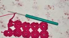 Если будем переходить к вязанию еще одного ряда цветочков, то второй лепесток вяжется из 5-ти ССН и далее 8 в.п. перехода. И повторяем все как и со вторым рядом цветов.