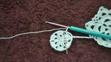 Набираем 3 в.п. и вяжем столбик без накида в эту же арочку.