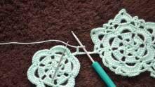 После этого перебрасываем вязание и набираем 3 в.п. Туда, где иголка (4-ый из 11 ССН) вяжем СБН.