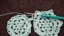 Захватываем рабочую нить, вытягиваем ее из арочки и вяжем еще три в.п. Туда, где иголка, вяжем СБН.