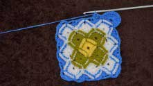 Вяжем второй голубой ряд обычными столбиками, как мы это делали с другими цветами.