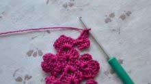 Чтобы кружево стало каймой, вяжем половинку бокового цветочка.