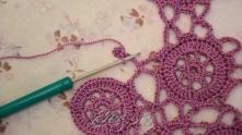 Вязание перебросили над рабочей нитью.