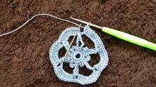 Замыкаем ряд в кольцо соединительным столбиком в третью в.п. подъема.