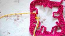 Вводим в вязание ниточку желтого цвета. Набираем 3 в.п. для подъема.