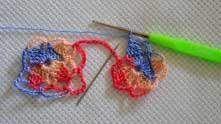 В конце ряда набрали 2 в.п. и замыкаем ряд соединительным столбиком в третью в.п. цепочки. После соединения, вязание перебросить над нитью и набрать 3 в.п.