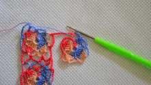 Связан второй ряд первого мотива, вязание перебросили над рабочей нитью.