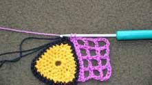 Соединительным столбиком или СБН закрепляем вязание с началом ряда.