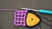 Разворачиваем вязание на изнанку и обвязываем розовую сетку одним рядом столбиками без накида.