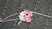 Набрали 1 в.п. между лепестками и продолжаем аналогично обвязывать остальные лепестки цветочка.