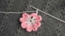 Под розовую в.п. между лепестками связать 1 СБН. Цепочку из 5-ти в.п. расположить на изнаночной стороне (за лепесточком).