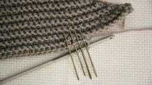 Первый СБН вяжем в соединительный столбик предыдущего ряда, все последующие - в столбики без накида предыдущего ряда.
