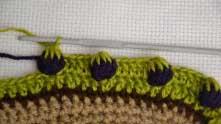 Следующий ряд - ряд с ягодками по узору, МК по которому я недавно выкладывала (Сыылка в тексте перед видео). Между черничками у меня 5 ССН зеленого цвета.