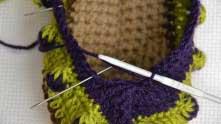 Вытянули петельку из вершинки столбика и вяжем СС2Н туда, где иголка столбик с двумя накидами.