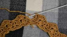 Ряд закрываем так: делаем 1 недовязанный столбик с накидом, вводи крючок туда, где иголка, захватываем рабочую нить и протягиваем через все петли на крючке.