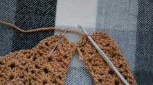 Вытянули петлю из передней части плечика, вяжем столбик без накида в арочку на задней части.