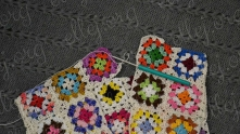 On the photo the latest motif in fabric. Join it by one side to the first motif in fabric, closing the fabric circle.