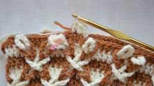 Белые еще раз переплетаем и вяжем ряд белой ниточкой, присоединяя переплетенные цепочки.