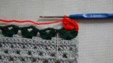 1 СБН (столбик без накида) под петельку между листочками.