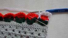 И сразу вяжем такой же выпуклый столбик уже на следующей цветочке.