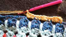 Присоединяем нить в любом месте периметра и обвязываем полустолбиками с накидом.