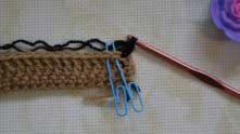 3 ряд. В первый столбик прикрепили нить другого цвета. Набрали 2 петли для подъема. По столбику без накида в следующие 2 столбика.