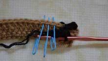 Пропустили 1 столбик в предыдущем ряду, в следующие 3 вяжем по одному столбику без накида.