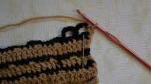 Вернулись к нитке бежевого цвета. Под арку связали 2 столбика без накида (считается 1 столбик с накидом).