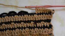 Дальше до конца ряда вяжем столбики с накидом в каждый столбик, не обращая внимания на арочки из 7-ми петель.