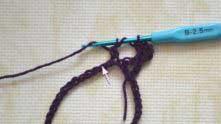 Делаем накид, вводим крючок в петлю В и вытягиваем из нее петельку.