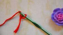 Захватываем рабочую нить, вытягиваем ее из петли и стягиваем за оба конца пряжи.