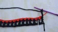 Вязание развернули, надели черную петельку и вяжем ряд филейной сетки 1*1, вводя крючок в вершинку черного столбика.