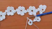 До присоединения к связанным цветочкам, все цветочки вяжем одинаково. Ряд с лепестками: набрали 3 в.п. и вяжем 3 ССН с общей вершиной в следующий столбик.