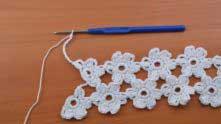 На первом цветочке начали вязать 4-ый лепесток, от него 11 в.п. и вяжем следующий ряд цветочков.