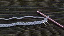 Число петель для образца кратно 3 + 1 воздушная петля (в.п.). В 1-ю и 2-ю петли от крючка связать по столбику без накида (СБН).