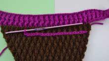 Во втором лицевом ряду на попе делаем шов для рюша: ввести крючок между столбиками, захватить нить и протянуть через петлю на крючке.