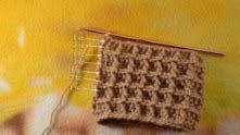 В конце ряда набрали 1 в.п. и обвязываем боковые стороны шарфика столбиками без накида (СБН).