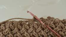 Под каждую цепочку на нижней стороне вяжем сначала 2 столбика без накида...