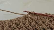 Вытянули петельку из-под цепочки, нить захватить и протянуть через все петли на крючке.