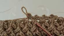 Действия повторить. На верхней части столбики без накида вяжем в вершинки ССН, пропуская пышные столбики.