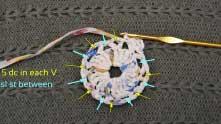 До конца ряда вяжем: 5 ССН под цепочку, СБН или соединительный столбик между рогатками.