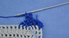 Опять делаем 4 накида, крючок под второй столбик и в оставшуюся пропущенную клеточку.