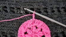 Ряд 4. В эту же петлю, над которой подъемная цепочка, вяжем 2 ССН.