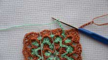 Ряд зеленых арочек. С этого ряда лично мне уже шпаргалка была не нужна :) Вяжем арочки вокруг каждой ракушки предыдущего ряда. Туда, где иголки, вяжем столбики без накида.