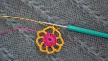 Крючок вводим в самую первую желтую в.п. на хвостике, нить захватываем и протягиваем через петли на крючке.