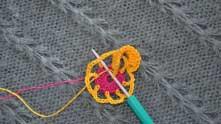 Вводим крючок под вершинку столбика, как на фото. Захватываем рабочую нить и протягиваем ее через петли на крючке.