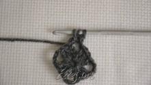 Полустолбик: делаем накид, вводим крючок в арочку, захватываем рабочую нить и вытягиваем петлю. Далее захватить рабочую нить и протянуть ее через все петли на крючке.